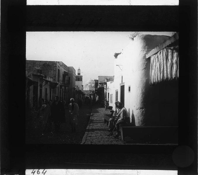 Façades sur rue animée et minaret de la mosquée Sidi-Mahrez en arrière-plan