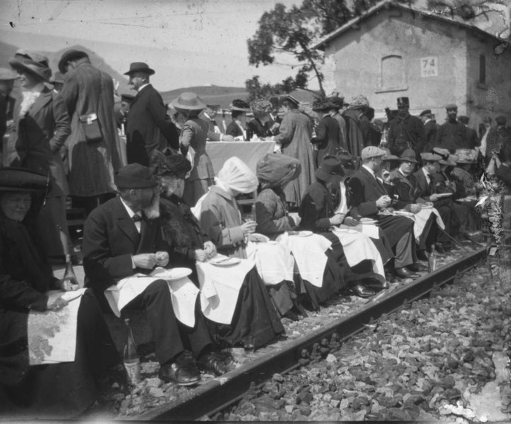 Groupe déjeunant le long d'une voie ferrée