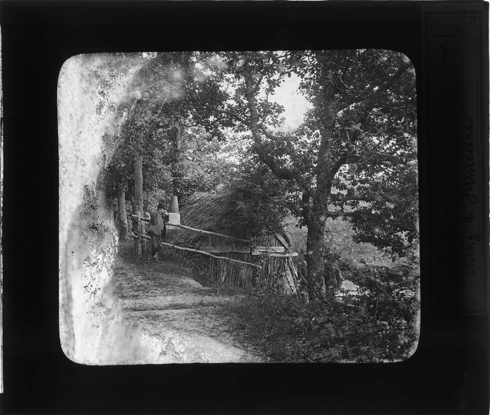 Forêt d'Amboise : habitation d'un bûcheron près du grand étang de Jumeaux et homme