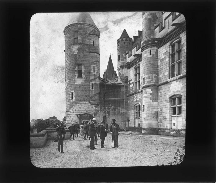 Logis royal, vue partielle de la façade est et tour Agnès Sorel avec groupe de touristes sur la terrasse dont un photographe
