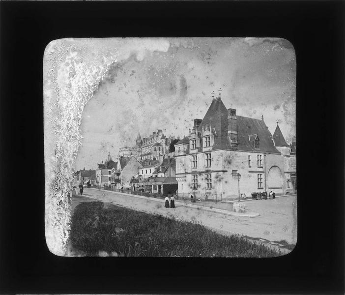 Ensemble depuis le quai du Général-de-Gaulle avec château en arrière-plan, vue animée