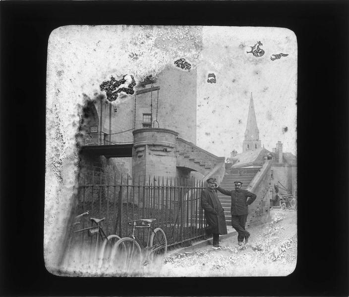 Escalier et pont-levis, vue animée avec deux hommes portant des lunettes de pilote