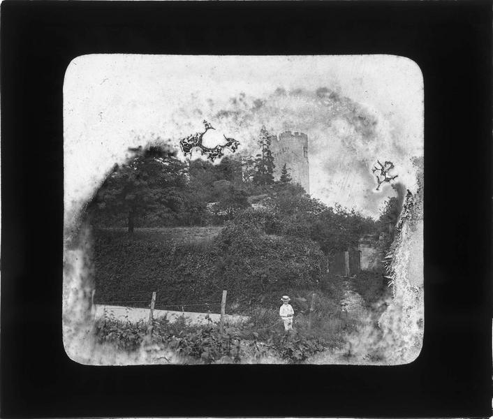 Une des deux tours en ruines depuis un jardin en contrebas