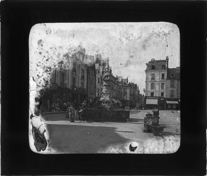 Ensemble sur place animée avec enfants (fontaine transférée en 1958 devant l'hôtel Jacques-de-Beaune)