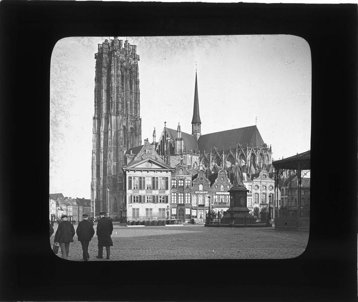 Ensemble sur Grand-Place animée et cathédrale Saint-Rombaut en arrière-plan, angle sud-est