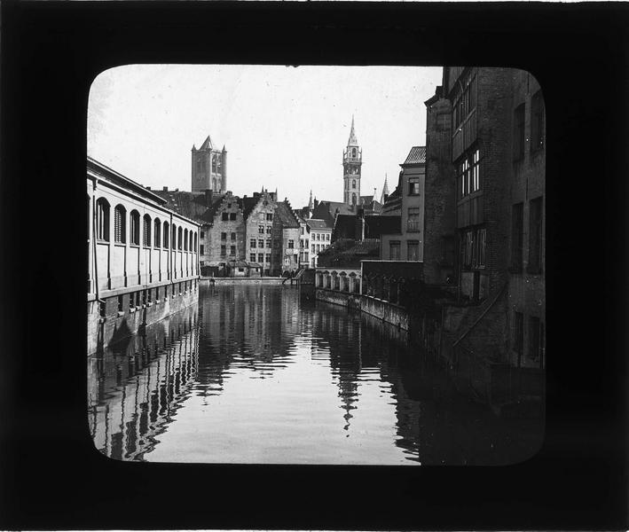 Maisons sur le Lieve depuis Rekelingestraat, beffroi de l'hôtel des postes et clocher de l'église Saint-Nicolas en arrière-plan