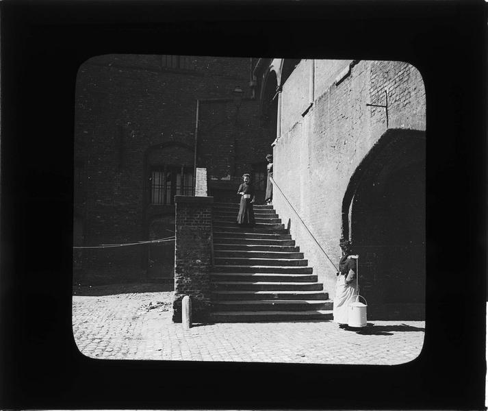 Escalier côté cour, vue animée avec femmes et porteuse d'eau