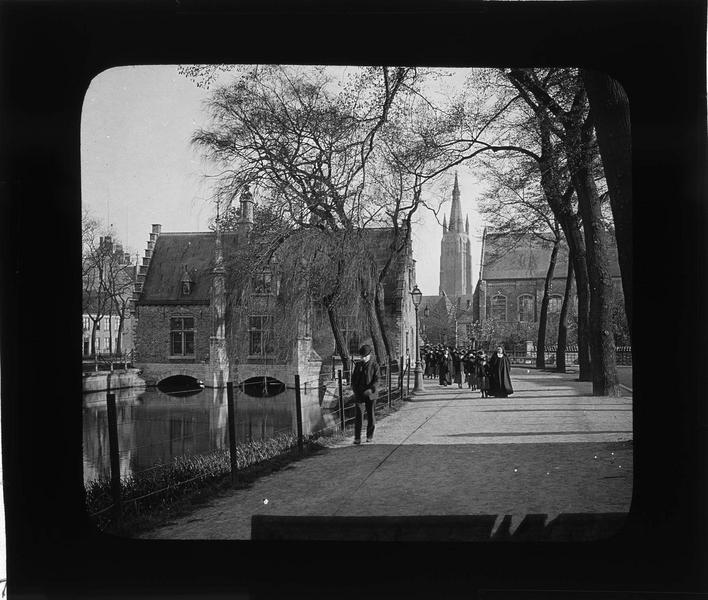 Ensemble sud sur le lac d'amour (ou Minnewater) depuis le quai animé et clocher de l'église Notre-Dame en arrière-plan