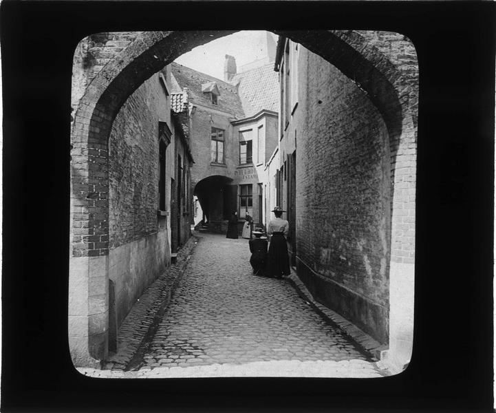 Ensemble voûté reliant la rue Saint-Jacques à l'ancienne rue des Aiguilles, vue animée avec femmes