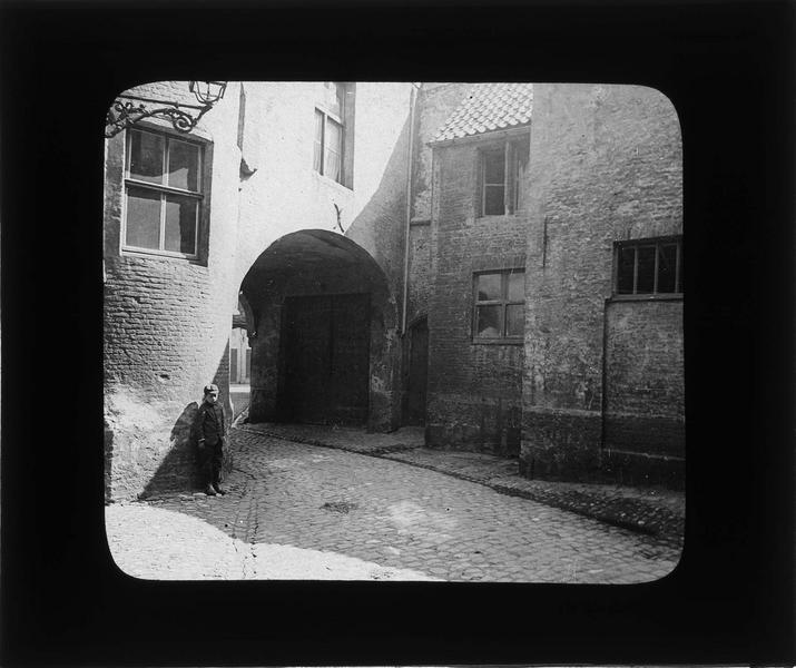 Voûte reliant la rue Saint-Jacques à l'ancienne rue des Aiguilles, vue animée avec enfant