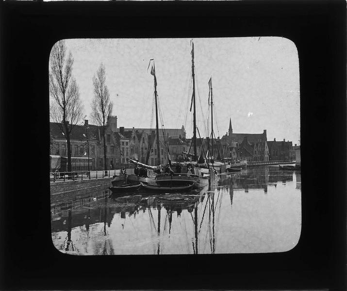 Canal avec péniches près de la Porte de Damme