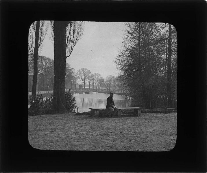 Canal près de la Porte de Gand et soldat assis sur un banc