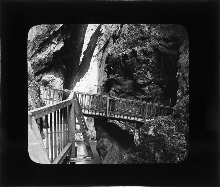 Gorges du Trient, passerelles en bois fixées à flanc de rocher et homme