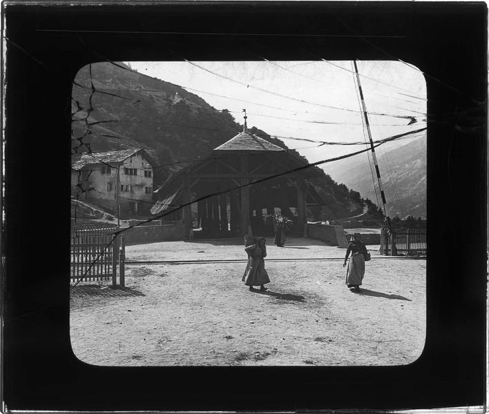 Pont avec voie ferrée couvert d'une structure en bois, vue animée avec femmes portant des paniers