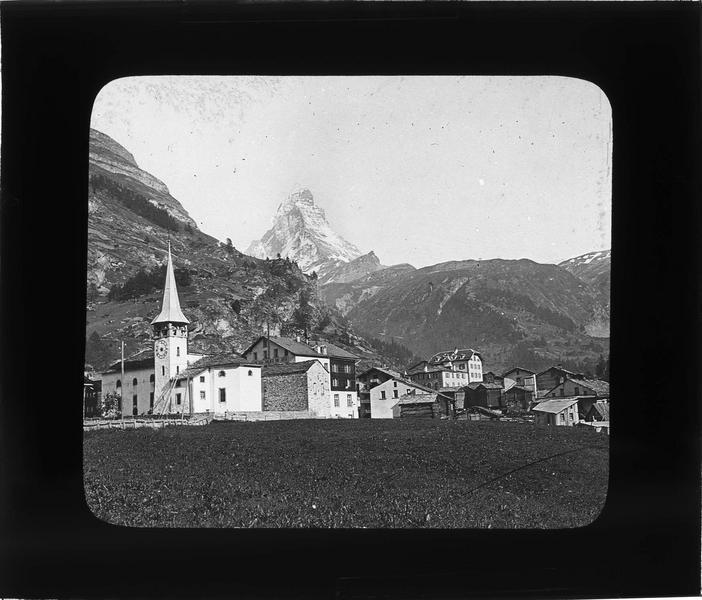 Panorama avec clocher de l'église Saint-Mauritius et le Cervin (ou Matterhorn) en arrière-plan