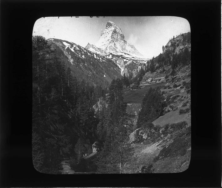 Paysage de montagne : sommet du Cervin ou Matterhorn, depuis la vallée du Mattertal