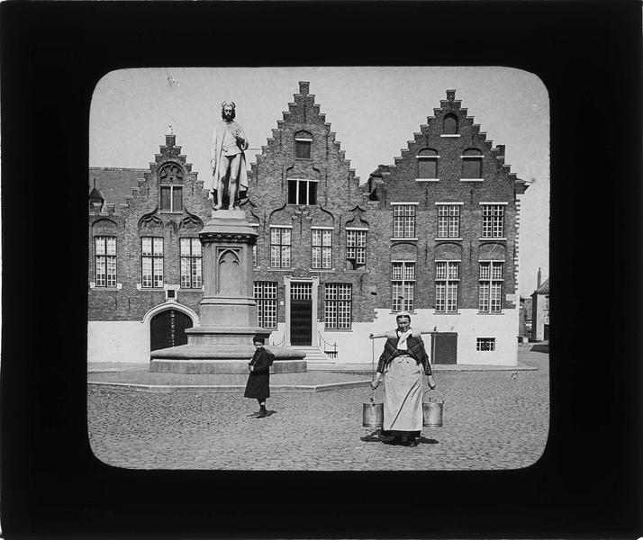 Façade et statue de Hans Memling sur place animée avec porteuse d'eau et enfant