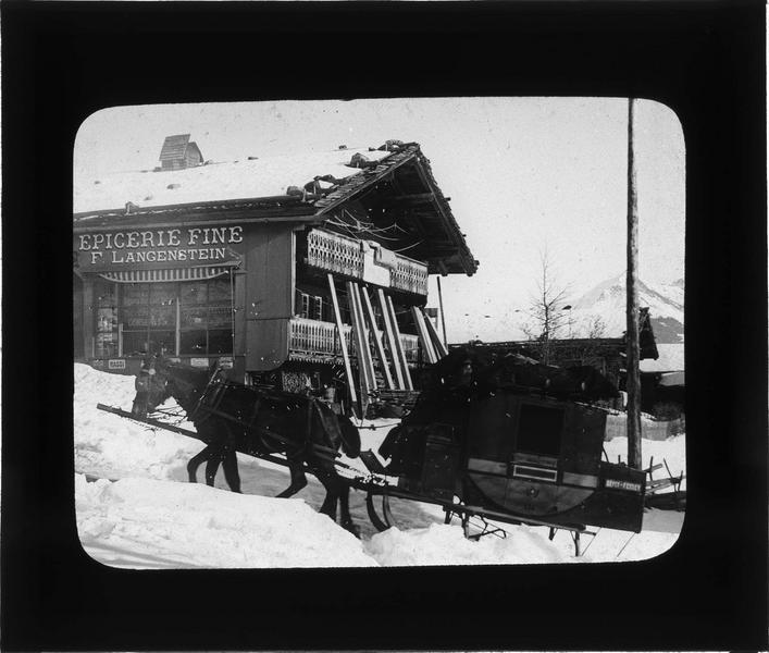 Chalet abritant l'épicerie Langenstein et traîneau à chevaux sous la neige