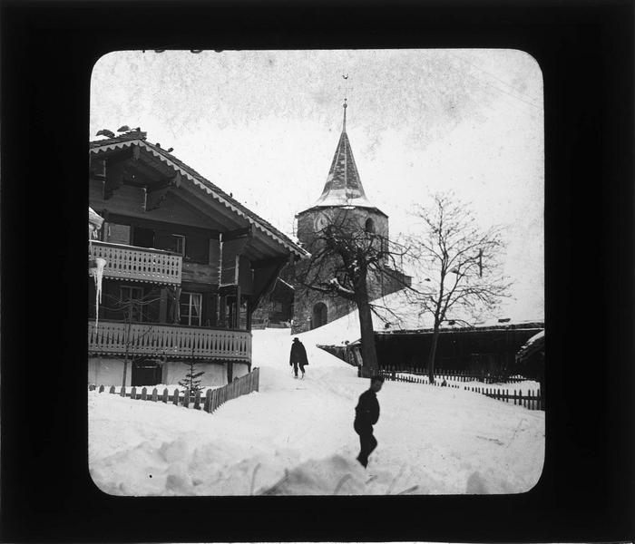 Chalet et clocher de l'église sous la neige, vue animée
