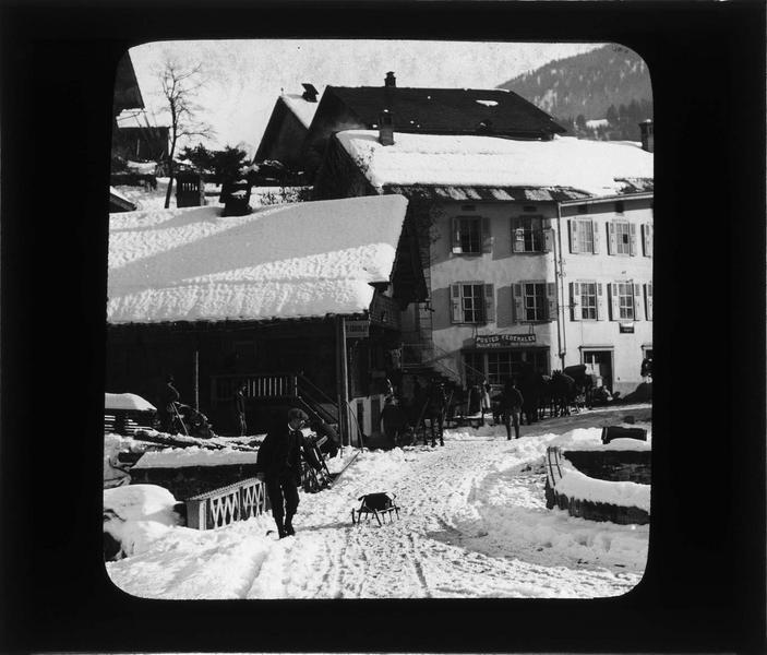 Façades sur rue animée sous la neige