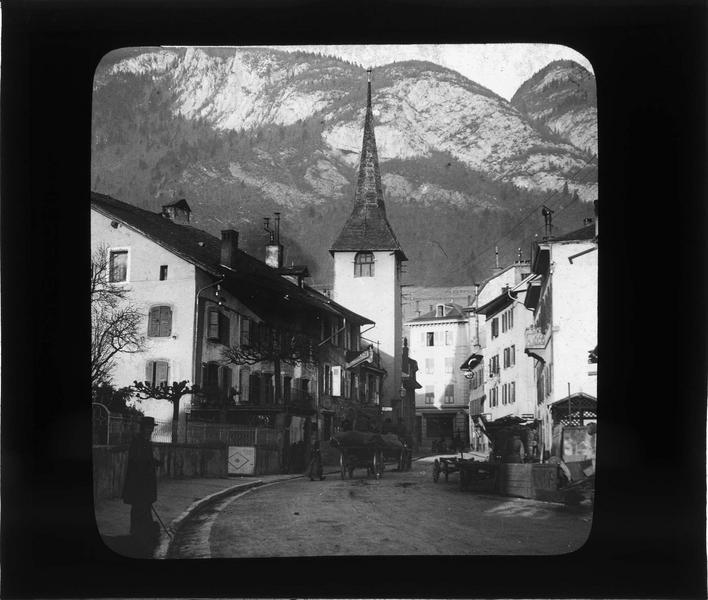 Façades sur rue animée et clocher de l'église Saint-Jacques, côté ouest
