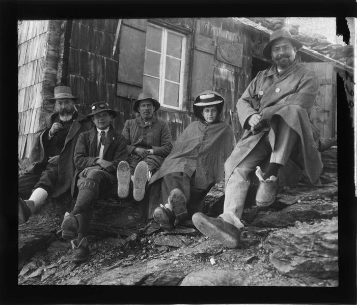 Alpes bernoises: portrait de randonneurs près d'un refuge