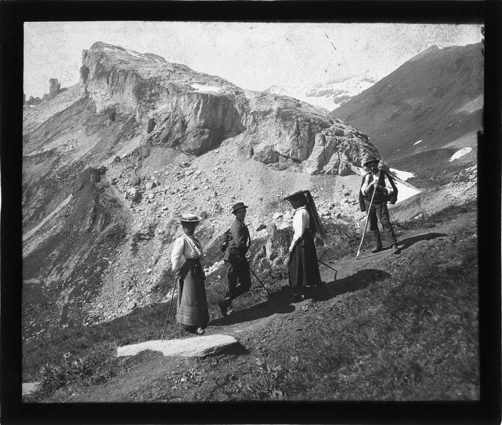 Alpes bernoises, paysage de montagne : randonneurs sur une piste menant au sommet de Schilthorn
