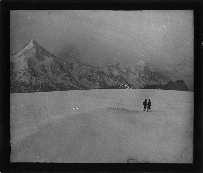Alpes bernoises, paysage de montagne : sommet du Bietschhorn depuis Petersgrat et deux hommes au loin
