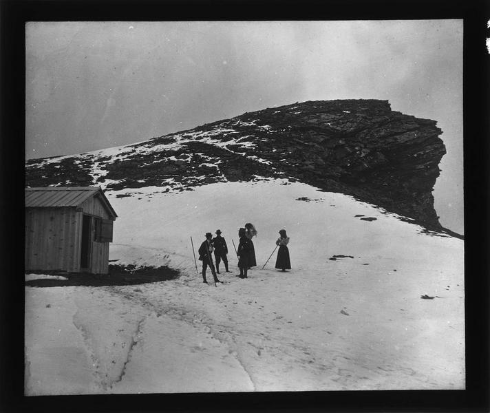 Alpes bernoises: cabane à proximité du sommet du Tschingelhorn (supposé) et randonneurs