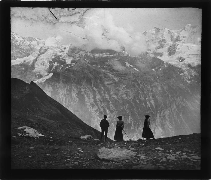 Alpes bernoises, paysage de montagneaysage de montagne : sommets de Jungfrau et Gletscherhorn depuis Schilthorn et randonneurs au premier plan