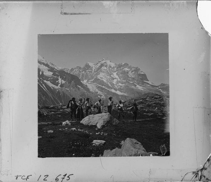 Paysage de montagne : sommet de la Jungfrau et randonneurs au premier plan