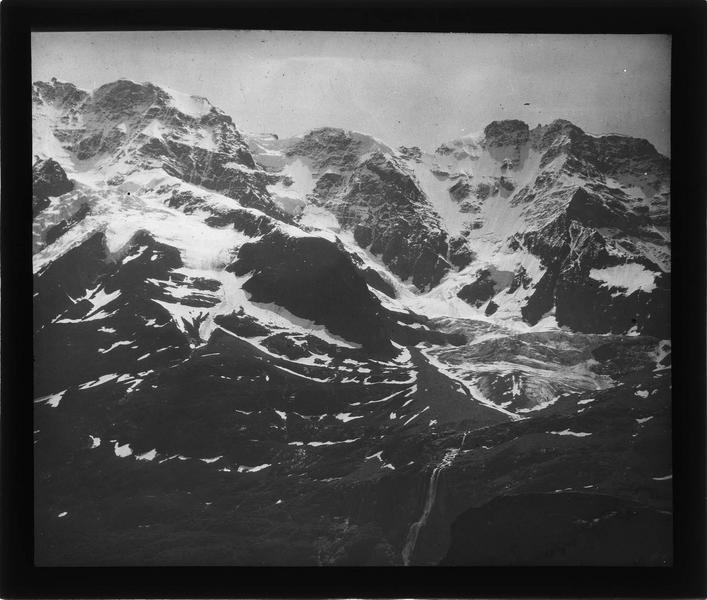 Paysage de montagne : vallée de Lauterbrunnen et sommet de la Jungfrau depuis le village de Mürren