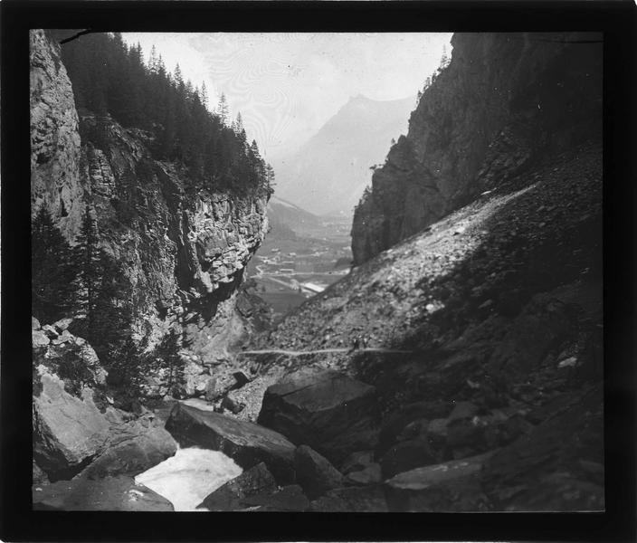 Cascade plongeant vers la vallée de Kander