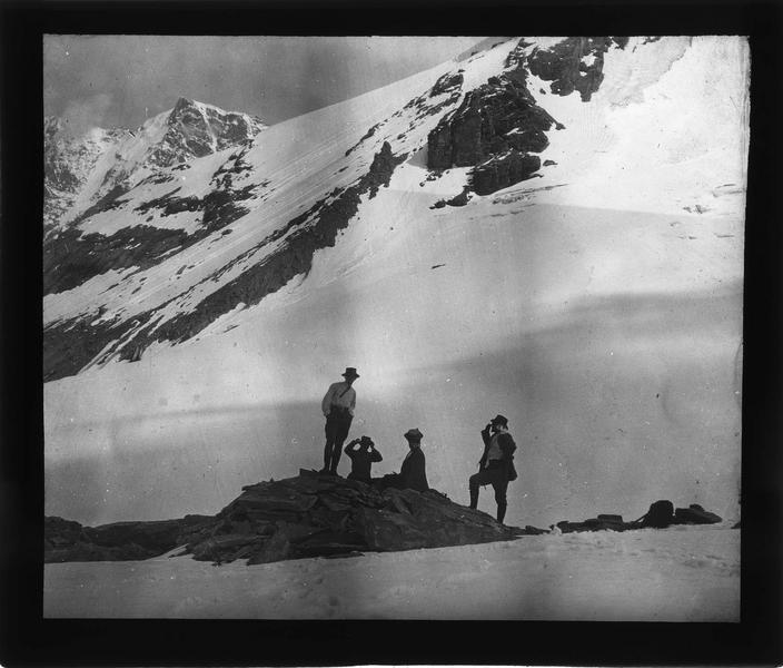 Alpes bernoises, paysage de montagne : pied du sommet du Tschingelhorn et groupe de randonneurs