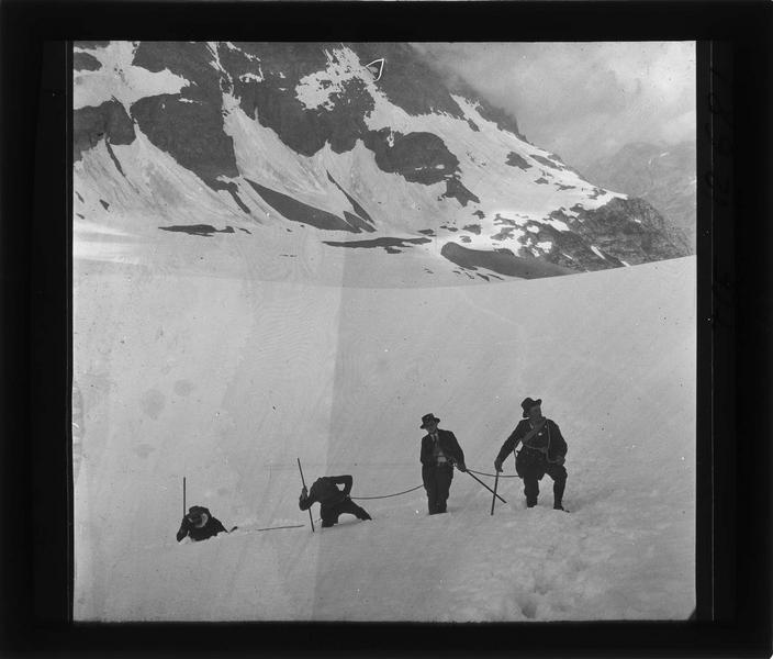 Alpes bernoises, paysage de montagne : sommet du Tschingelhorn (à proximité) et cordée