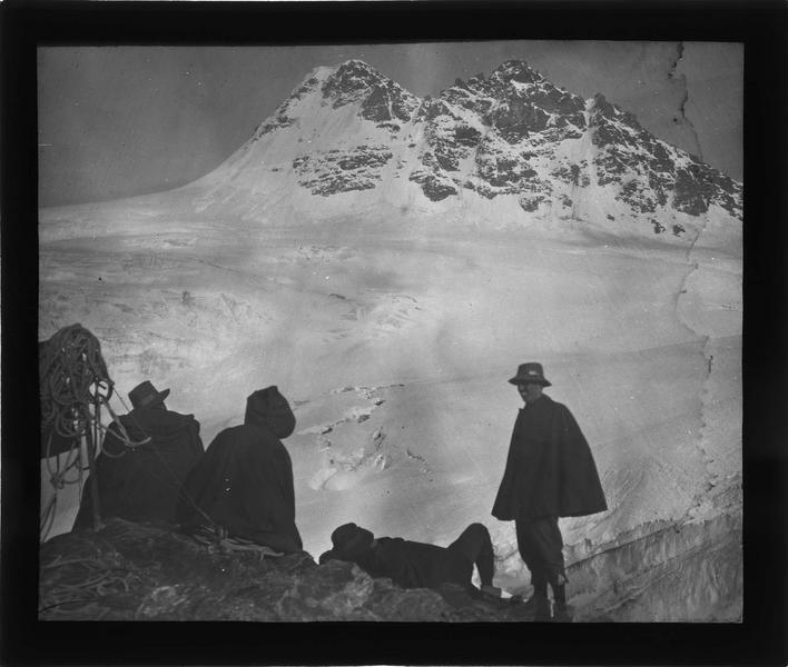 Alpes bernoises, paysage de montagne : sommet du Tschingelhorn et groupe de randonneurs au premier plan