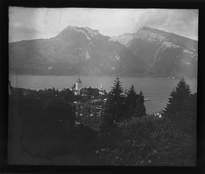 Panorama avec château de Spiez, lac de Thoune et sommets de Rothhorn et Niederhorn