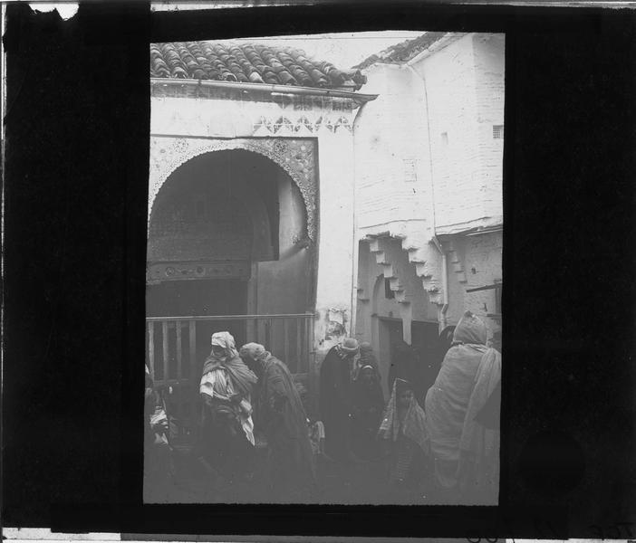 Scène de rue avec hommes en djellaba
