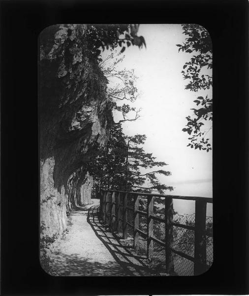 Chemin près la grotte surplombant le lac de Côme