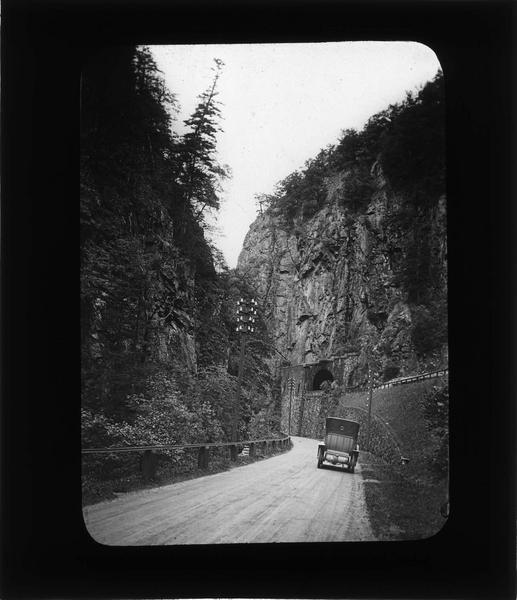 Route avec voiture et voie ferrée dans le Val d'Enfer