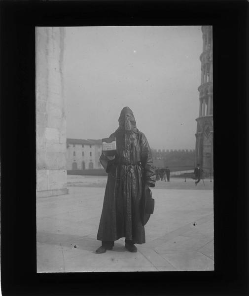 Portrait d'un quêteur, frère de la Miséricorde faisant la quête sur la place du Dôme