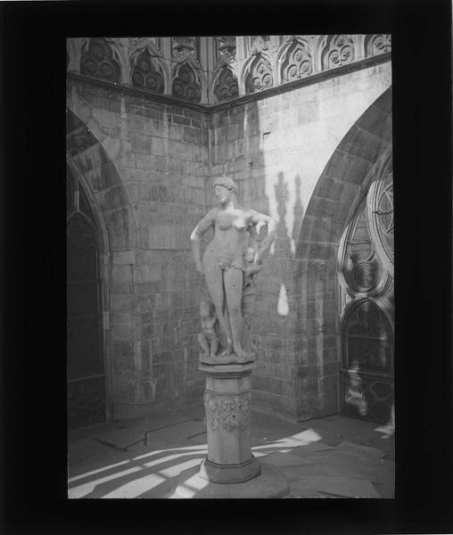 Statue d'Eve (située sur le toit d'une chapelle du transept)