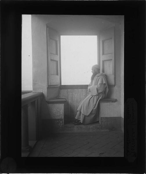 Cellule de moine, promenoir privé avec moine assis devant la fenêtre