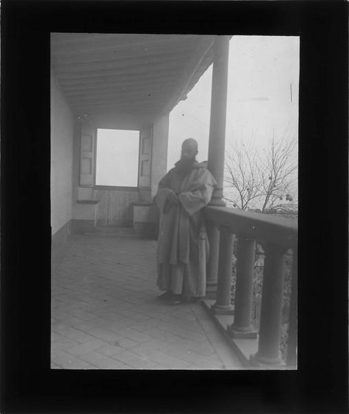 Cellule de moine, promenoir privé avec moine appuyé contre le balcon