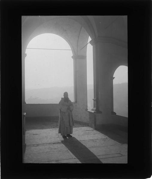 Intérieur : galerie avec moine