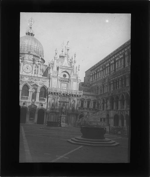 Ensemble sur cour intérieure et coupole de la basilique Saint-Marc en arrière-plan