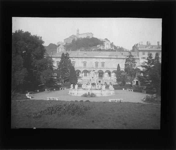 Façade sur jardin et fontaine de Neptune au premier plan