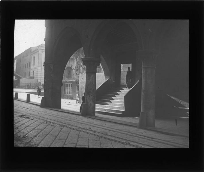 Arcades de l'Office de Saint Georges depuis la rue Oliverio Frate, vue animée