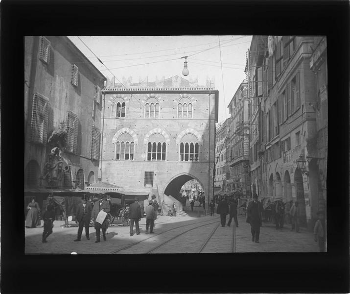 Ensemble depuis la rue Oliverio Frate avec passage sous l'Office de Saint Georges, vue animée