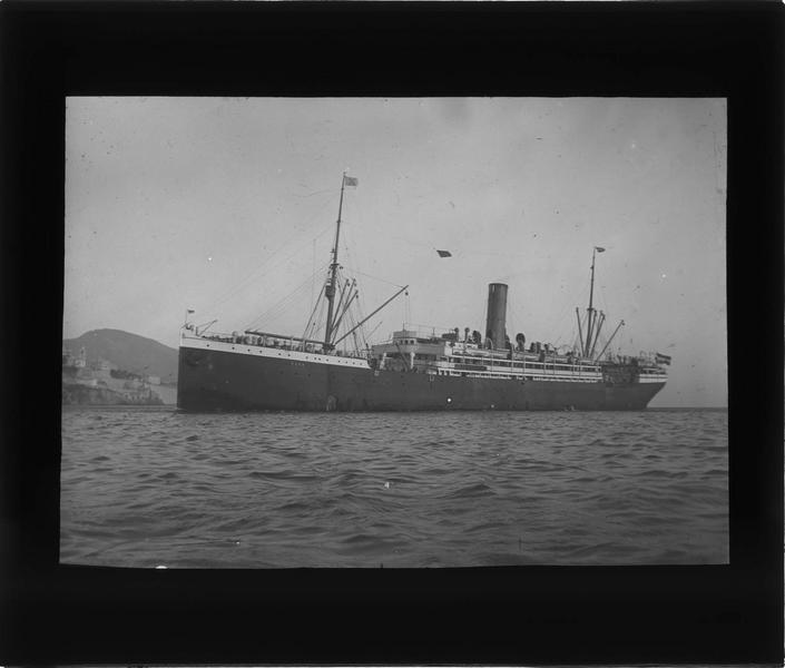Bateau à vapeur au large du port